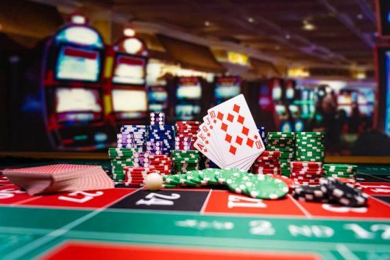 Tapis ou plateau : lequel choisir pour une partie de poker?